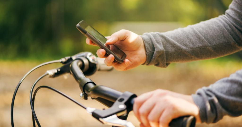 ながらスマホで自転車運転! 事故と危険性と罰則は?