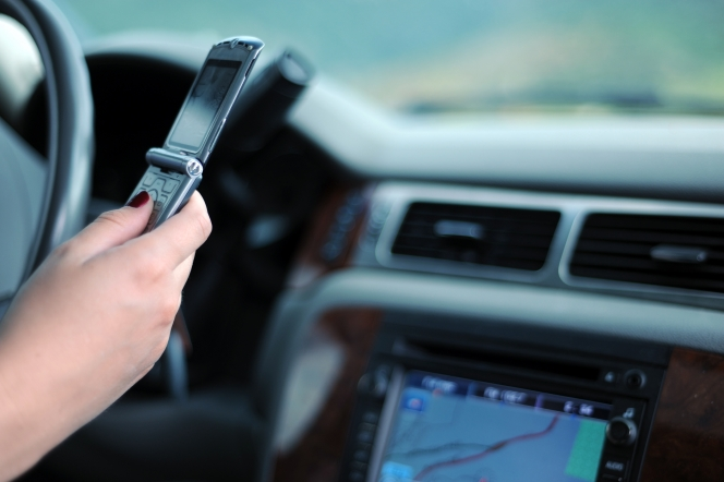 スマホ 運転中のハンズフリー通話は違反ですか?