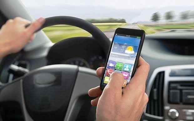 スマホ 運転 信号待ちでやりがちなスマホの操作の違反と罰則は?