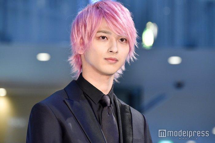横浜流星のまつ毛が長いのは天然?パーマ?ピンクの髪が素敵で似合う